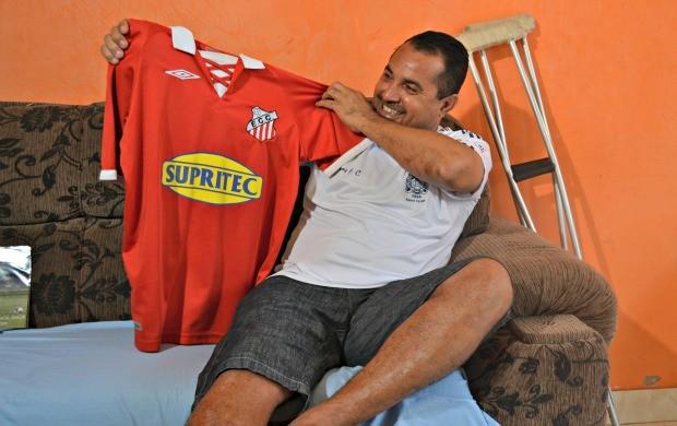 """Tainha exibe com orgulho a camisa do Comercial: """"Sou comercialino até morrer"""" (Foto: Hélder Rafael)"""