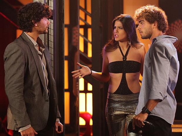 Ela se faz de louca e finge que não conhece o rapaz (Foto: Guerra dos Sexos / TV Globo)