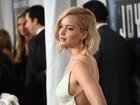 Jennifer Lawrence escolhe vestido decotado para ir a première