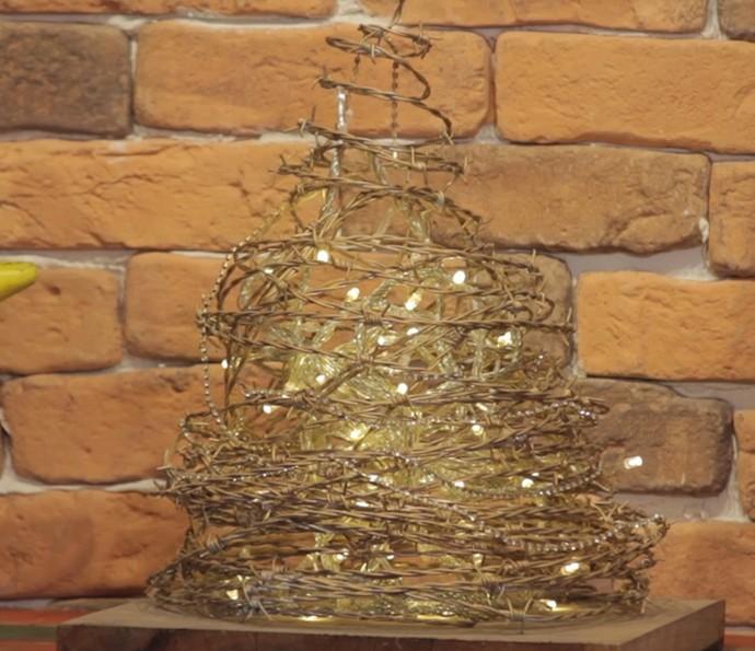 Aprenda a fazer uma árvore de Natal decorativa feita com arame farpado (Foto: Reprodução)