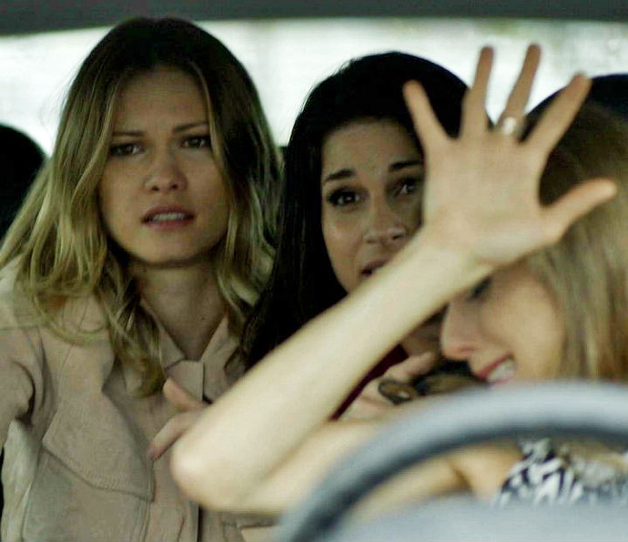 Jéssica, Carmela e Vitória sofrem grave acidente (Foto: TV Globo)