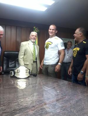 Governador da Bahia, Jaques Wagner, recebe o campeão do UFC, Junior Cigano (Foto: Reprodução/Twitter)