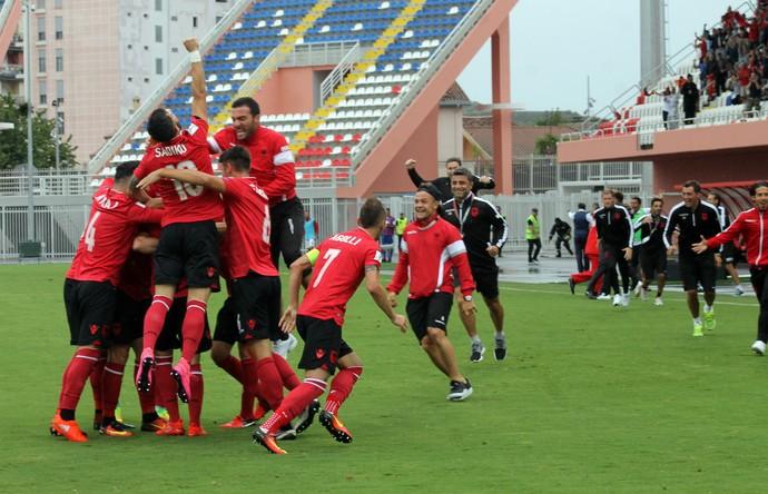 Jogadores da Albânia comemoram gol sobre a Macedônia (Foto: AP Photo)