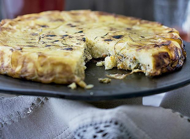 A torta de batata com legumes e cogumelos, da Ghee Banqueteria, é opção veggie bem caprichada. Prato Atelier Muriqui, pano Roupa de Mesa, copo Le Lis Blanc Casa (Foto: Rogério Voltan/Editora Globo)