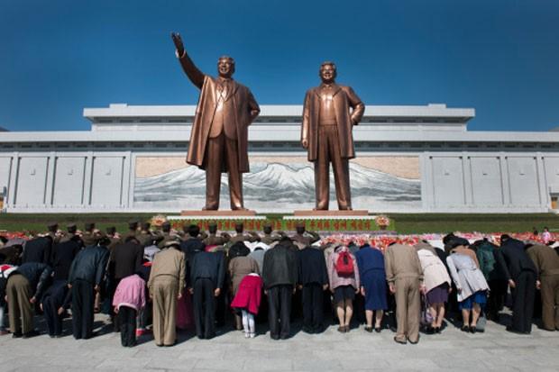 Reverência Ao chegar a Pyongyang, os turistas são obrigados a depositar flores nas estátuas de Kim Il-sung e Kim Jong-il (Foto: Richard Amante)