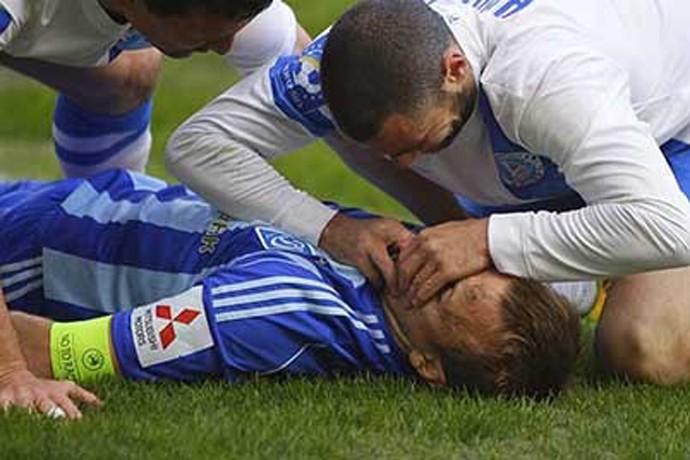 jogador salva vida de adversário em campo - Dinamo x Jaba Kankava, Gusev e Dnipro (Foto: Divulgação/Site Oficial do Dinamo de Kiev)