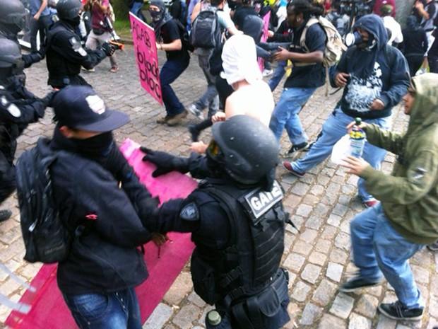 Momento de confronto entre polícia e manifestantes em Belo Horizonte.  (Foto: Alexandre Rezende/ G1)