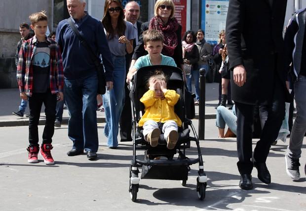 Victoria Beckham e família em passagem por Paris (Foto: Best Image/Honopix)