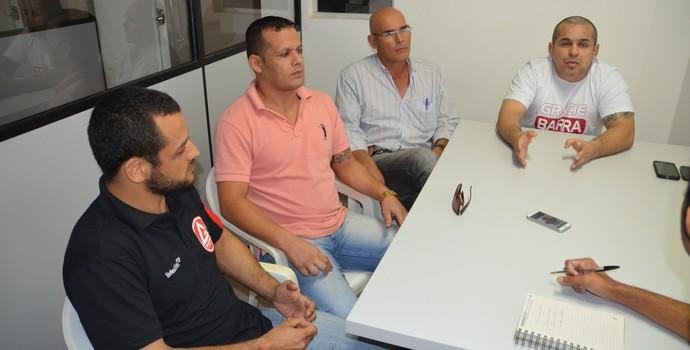 Professor Henrique Machado, acompanhado por Leonardo Calid, presidente da FJJEAC, professores Márcio de Paula e Delfino Filho (Foto: Duaine Rodrigues)