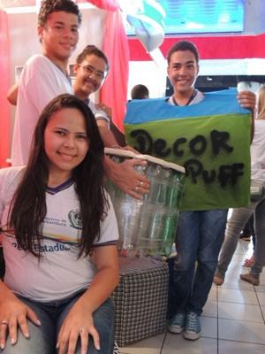 Alunos de Pernambuco trabalham com garrafas PET (Foto: Vitor Tavares / G1)