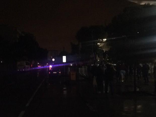 Rua sem luz no entorno do Maracanã (Foto: Bruno Albernaz/G1)