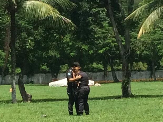 Policial se emociona em enterro de colega em Sulacap (Foto: Matheus Rodrigues/G1)