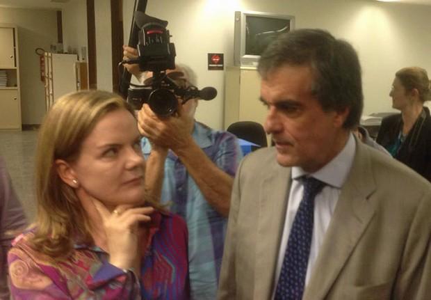 O ex-ministro José Eduardo Cardozo entrega as alegações finais da presidente afastada Dilma Rousseff no Senado ao lado da senadora Gleisi Hoffmann (PT-PR) (Foto: Gustavo Garcia/G1)