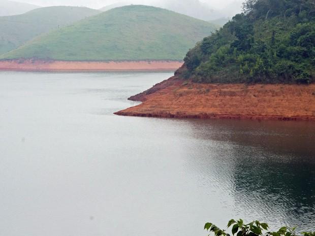 Foto de 13 de abril mostra o nível da água na represa de Jaguari, que integra o Sistema Cantareira. (Foto: Nilton Cardin/Estadão Conteúdo)