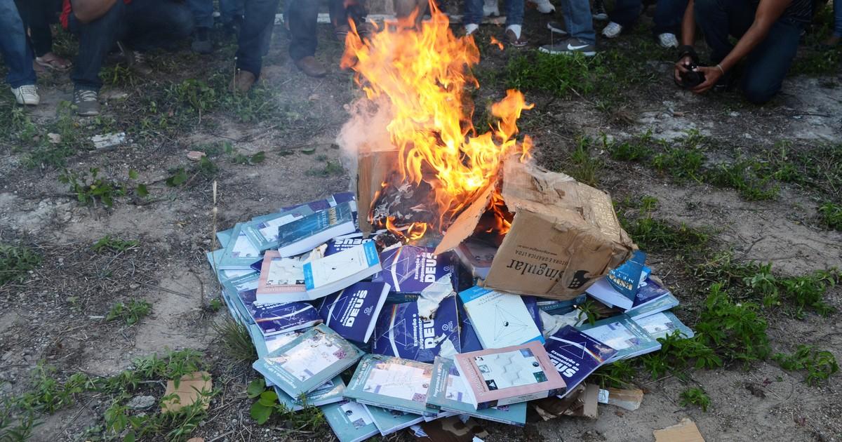 G1 - Professor queima livros de sua autoria em protesto
