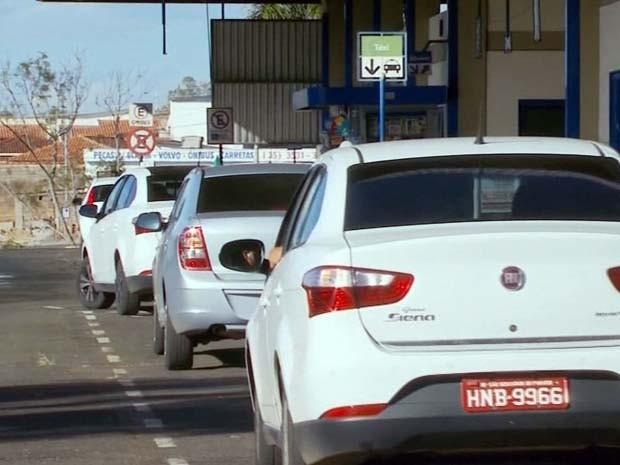 Taxistas conseguem alvará provisório para voltarem a rodar em São Sebastião do Paraíso (Foto: Reprodução EPTV)