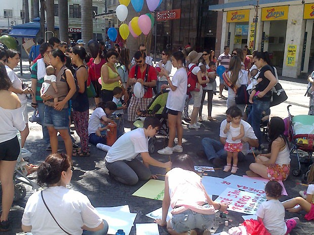 Grupo se reuniu em frente da catedral de Campinas com cartazes contra a violência obstétrica (Foto: Renata Olah/ VC no G1)