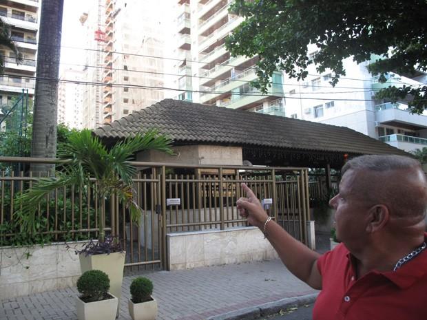 O coronel Marcos Silva, do Corpo de Bombeiros, precisou arrombar portas, que não abriam porque o prédio já estava pendendo (Foto: João Bandeira de Mello/G1)