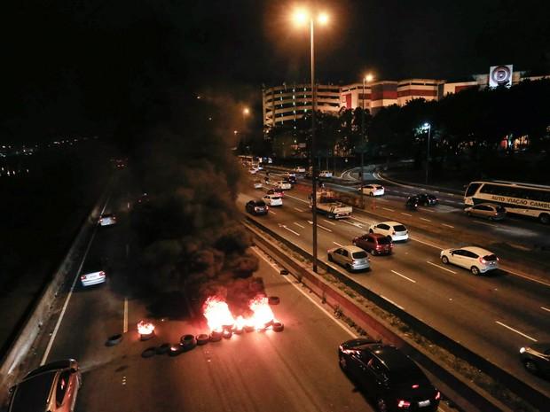 Taxistas queimam pneus na Marginal Tietê, perto da ponte Cruzeiro do Sul, em São Paulo. A categoria protesta contra decreto da prefeitura que autoriza serviços de transporte individual por aplicativos na cidade, como o Uber (Foto: Leonardo Benassatto/Futura Press/Estadão Conteúdo)