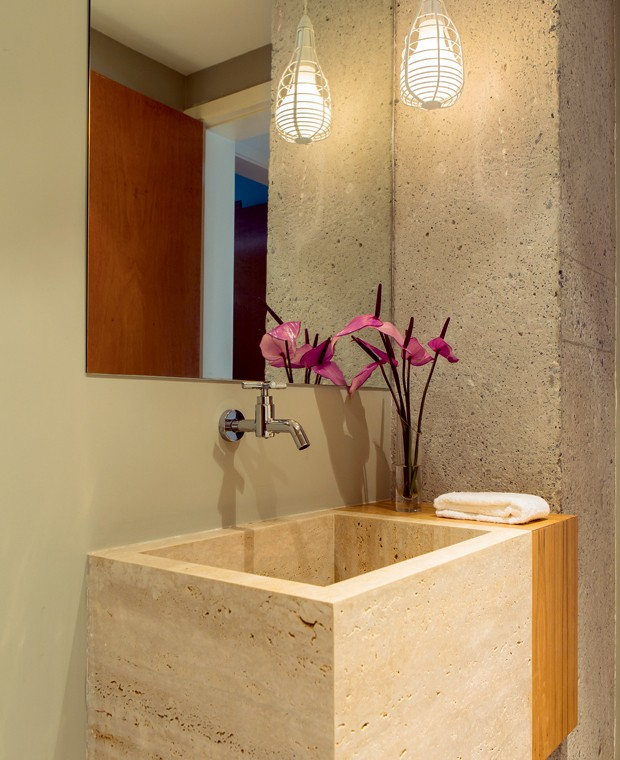 DT Estúdio - lavabo - concreto - madeira (Foto: Edu Castello/Editora Globo)