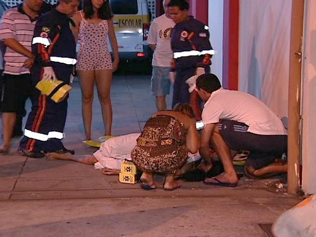 Estudante nua cai do segundo andar de prédio em Vitória, no Espírito Santo. (Foto: Reprodução/TV Gazeta)