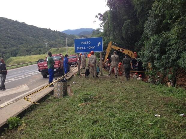 Área onde o trabalho de busca dos bombeiros está sendo realizado no Quitandinha (Foto: Maria Valente)
