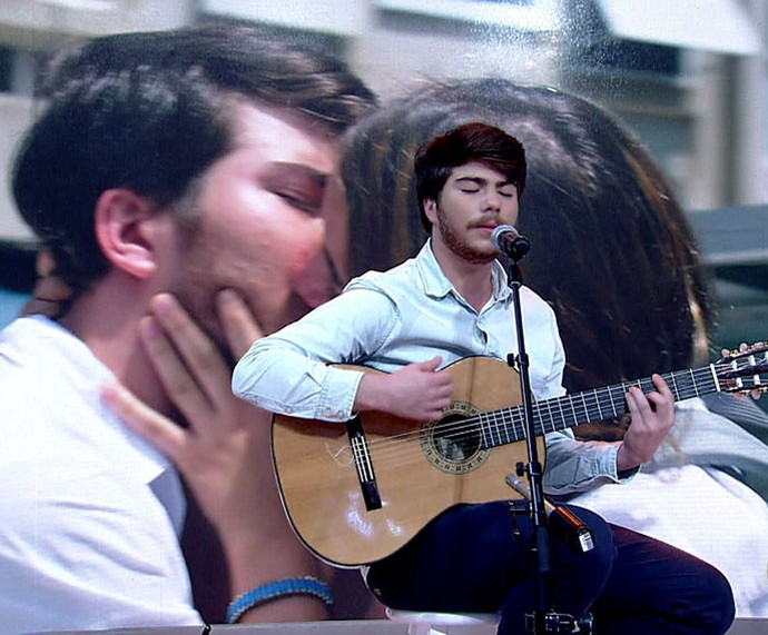 Thales canta no palco do 'Encontro' (Foto: TV Globo)