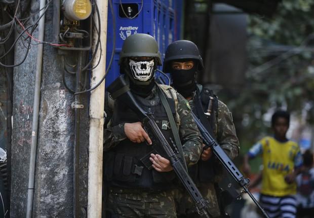 Militares usam máscaras durante ocupação na favela da Rocinha no Rio para combater confrontos entre facções de traficantes de drogas  (Foto: Fernando Frazão/Agência Brasil)