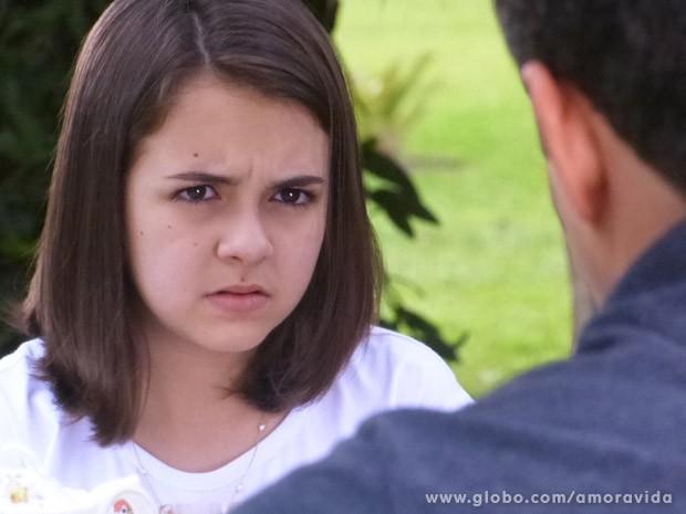 Paulinha se assusta com a história, mas depois fica feliz (Foto: Amor à Vida / TV Globo)
