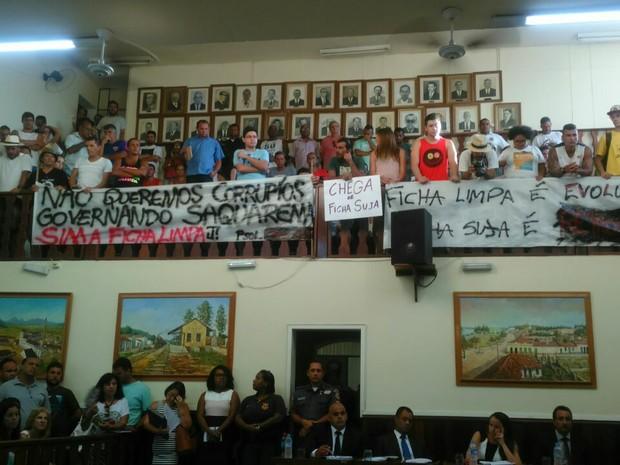 População protestou durante sessão na Câmara Municipal (Foto: Internauta)