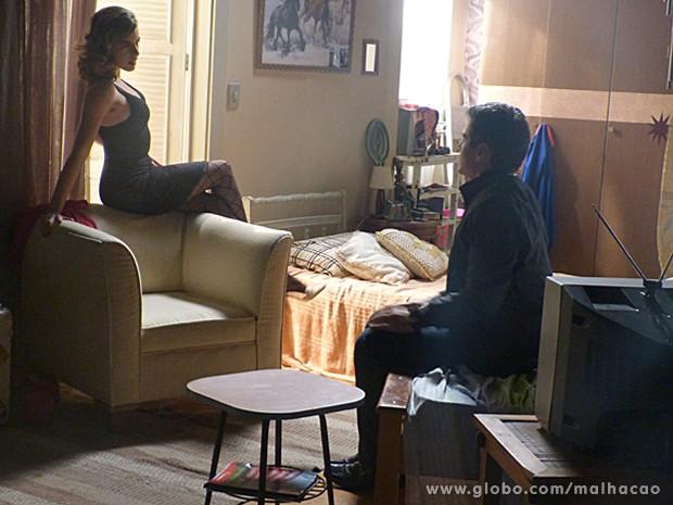 Luciana, toda sexy, tenta ajudar Abelardo a ser um homem de mais atitude (Foto: Malhação / TV Globo)