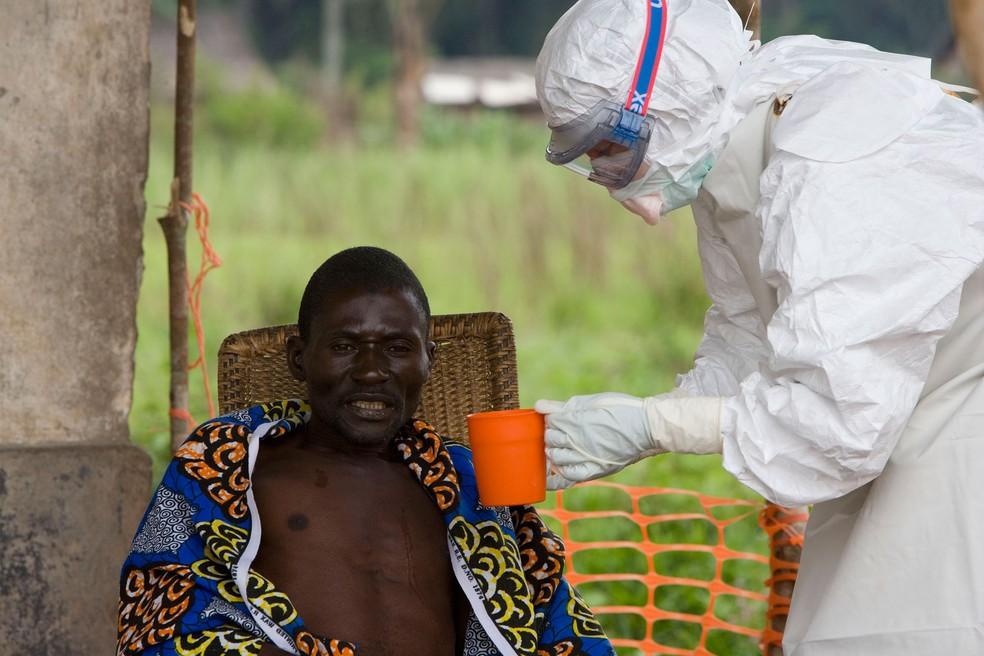 Foto de arquivo de 2007 mostra paciente com sintomas de ebola sendo atendido por membro da organização Médicos Sem Fronteira em Kampungu, na República Democrática do Congo  (Foto: CHRISTOPHER BLACK / WORLD HEALTH ORGANIZATION / AFP)
