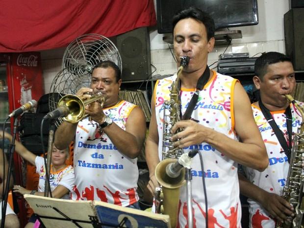 Músicos da 'Banda da Bica' já afinam os instrumentos para tocar durante o carnaval 2013 (Foto: Marcos Dantas/G1 AM)