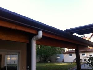 Telhado com calhas adaptadas para captação de água da chuva e reuso