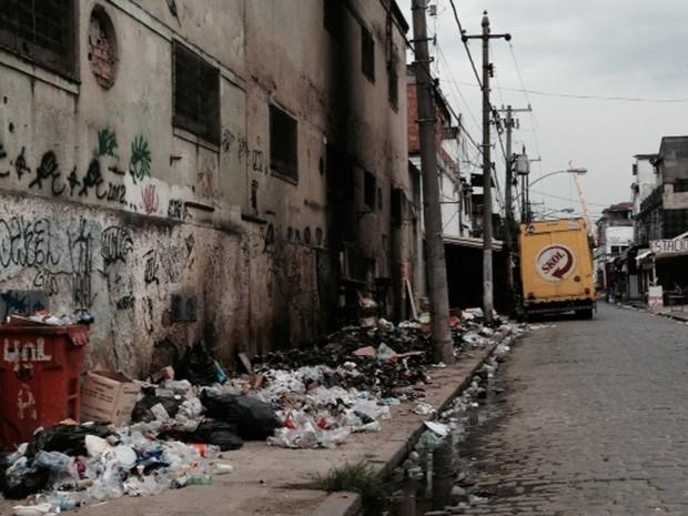 Para evitar bichos, lixo foi queimado na Rua Sotero dos Reis, na Praça da Bandeira, Zona Norte (Foto: Guilherme Britto/G1)