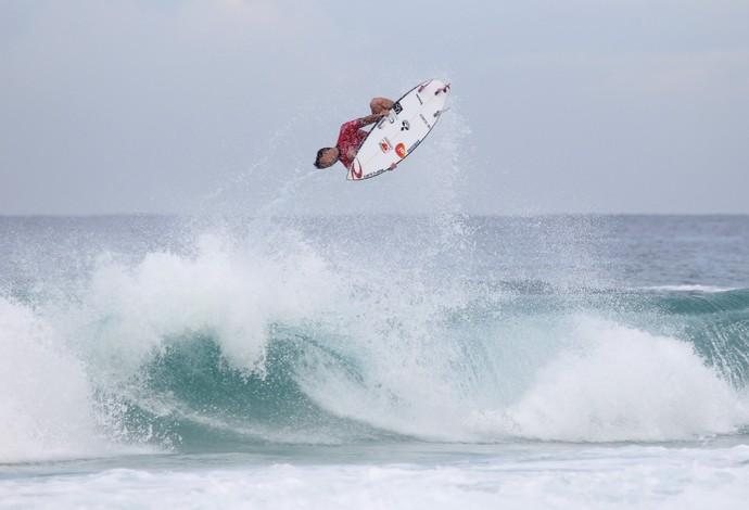 Gabriel Medina acerta backflip, tira nota 10 e faz história (Foto: Carolina Siqueira / Ricosurf)