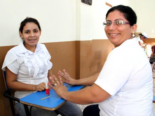 Esmaltação de unhas e cortes de cabelo foram oferecidos ao público  (Foto: Jamile Alves/G1 AM)