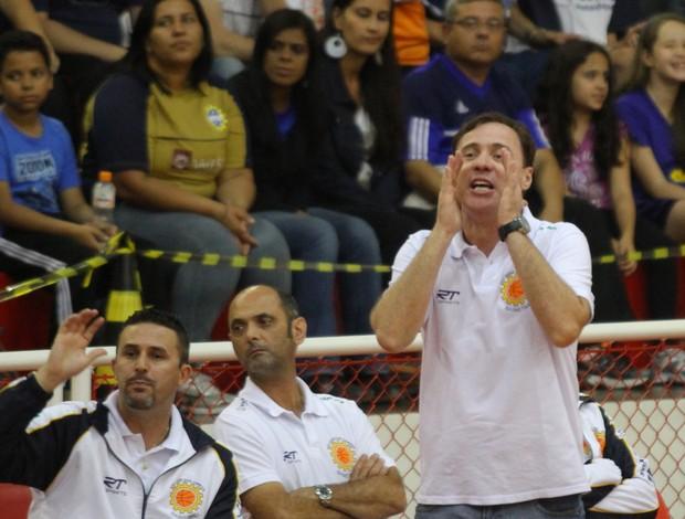 Régis Marrelli orienta equipe do São José Basquete (Foto: Antonio Basílio/ Divulgação PMSJC)