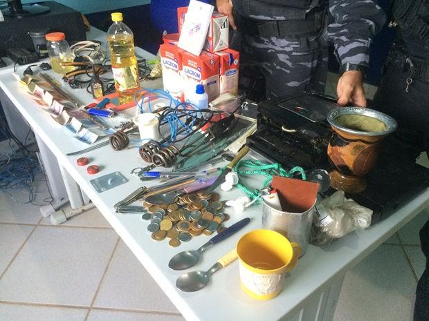 Vários objetos e equipamentos foram apreendidos nas celas da cadeia (Foto: Kacio Henrique/Arquivo Pessoal)