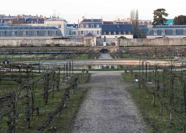 Bassin central du Grand carré du Potager du Roi en hiverFrancePotager du RoiCaption: View from the center of the Potager du Roi towards the north. Note the urbanenvironment in the background and the entrance into the terrace in the middle ground.Da (Foto: Divulgação)