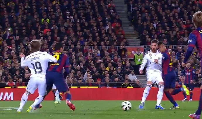Sergio Ramos dá ombrada em Neymar no Barcelona x Real Madrid