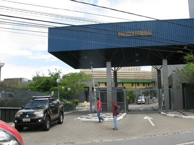 Ex-senador deixou sede da PF pouco depois de meio-dia (Foto: Caio Prestes/ G1)