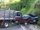 Motorista fica ferido após carro bater em caminhão no Sul de Minas