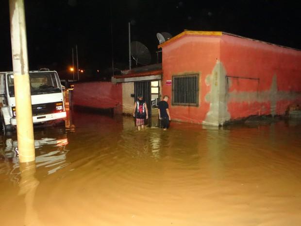 Ruas ficaram completamente inundadas com a chuva (Foto: Messias Alves Ferreira/ A Voz do Povo)