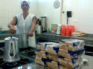 Com falta de funcionários, merendeira do colégio Guido Straube também precisa fazer limpeza (Foto: Adriana Justi/ G1)