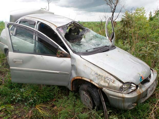 Carro fica destruído após motorista capotar na BR-020, no oeste da Bahia (Foto: Edivaldo Braga/ Blogbraga)