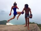 Isabella Santoni parece estar 'voando' em clique durante treino de muay thai
