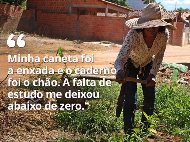 Apesar de tocar sanfona e ter problemas de saúde, ela continua a trabalhar na roça (Foto: Gustavo Almeida/G1)
