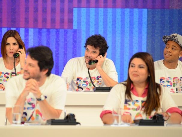 Mais de 100 artistas se revezaram no mesão para atender às ligações de doação (Foto: Globo/Divulgação)