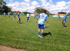 Jogadores do Marília treinam sob olhares do técnico Luis dos Reis (Foto: Assessoria/MAC)